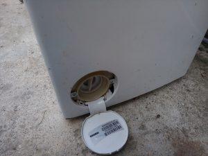 Шильдик на крышке фильтра стиральной машины с вертикальной загрузкой